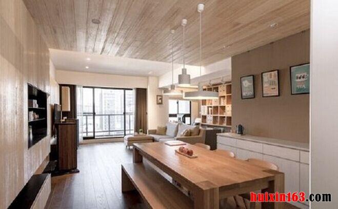 餐厅空间的装饰主要是采用了开放式的设计,空间内大量的原木材质应用,可以彰显出一种简洁,也能够突出一种大气感,木质吊顶上安装了一组白色的吊灯,可以彰显时尚的设计感,与下方的餐桌也形成了一种呼应,简洁主题的设计也因此而凸显的更加清晰。