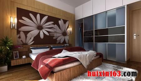 在卧室的床头背景墙上装饰着的漂亮的墙板,和实木床的木纹,以及地面上图片
