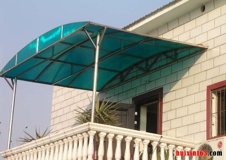 阳光板雨棚常见规格:阳光板雨棚在各方面的特点和性能上很突出,不仅隔音隔热,同时在透光和耐冲击、耐高温的效果都非常的突出,而且阳光板在市场上的分类还很多,比如说双层阳光板、三层阳光板、四层阳光板以及蜂窝状阳光板等等,其中运用最为广泛的应该是四层阳光板,其耐冲击性和安全性要好一些,在规格上,市场的标准尺寸为2.