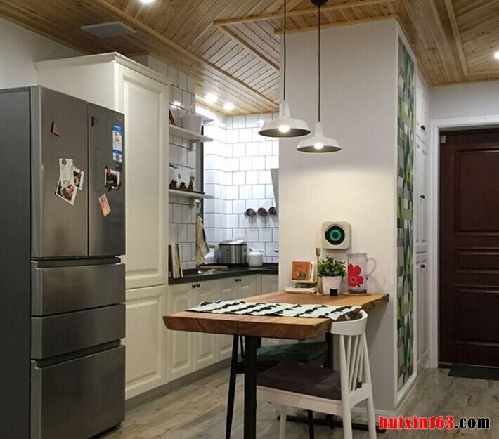 餐厅空间的装饰设计比较简洁,与厨房空间相连,可以节省空间,而且用餐时也比较方便,简洁的餐桌设计更像是一款吧台,非常具有时尚感,空间内的吊顶以及餐桌也都是木质材质,更加响应了文艺清新的装饰主题,可以带给人们一种自然的舒适感。
