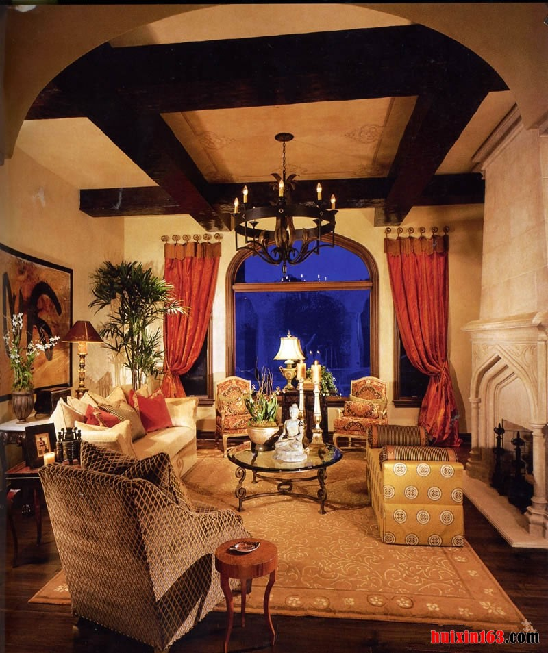在房间的顶面上装饰出来了非常漂亮的实木的房梁,在顶面中央悬挂着一盏黑色的铁艺的吊灯,吊灯就像是一个漂亮的复古的超大的架子,营造出完美和舒适温馨的光辉。在漂亮宽大的拱形窗子上面安装的是漂亮的深蓝色的玻璃,两边的小窗子上则是深橘红色的窗帘,为整个空间奠定了一个相对高雅和沉稳的节奏。