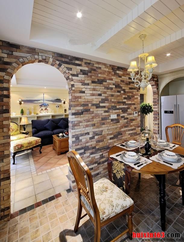 在客厅和餐厅之间的一个隔断墙上面装饰满了文化石,而且设计了非常