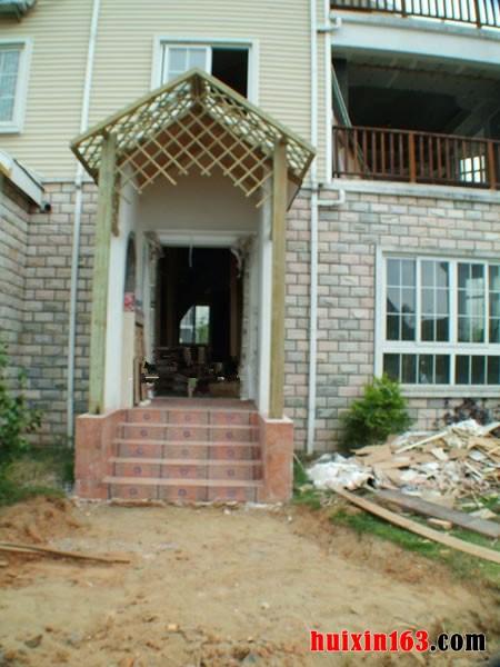 在原有的房檐的基础上在外边设计两根实木的支撑,将屋檐加宽,在木柱子