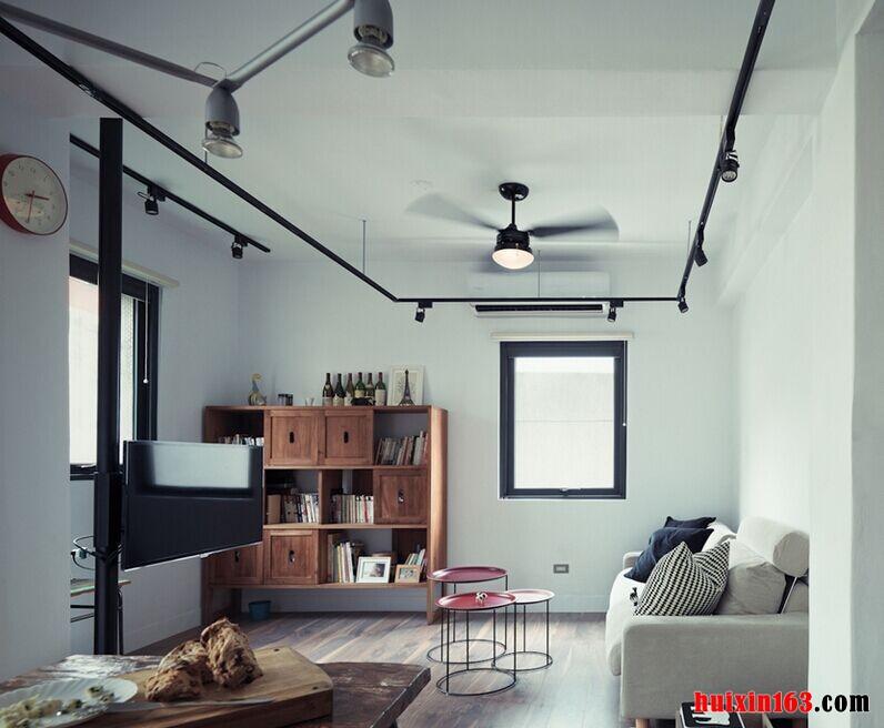 客厅空间内的装饰比较简洁,整个空间的色调搭配都是以白色为主,石膏板吊顶上采用了平顶式的造型设计,裸露的电线管路作为点缀,并不会令我们感觉不修篇幅反而是为空间装饰增添了一份时尚设计感,下方的家具搭配可以带给我们一种舒适感,一款简洁的布艺沙发靠墙而放,搭配了一款别致简易的茶几,设计感十足,可以将简约的工业风格特点彰显出来,我们也能够从装饰的搭配以及色彩的点缀中感受到房屋主人的欣赏品位。