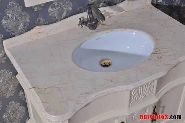 浴室柜一般都是靠墙安装,一定要稳、准、平,要保证大理石浴柜或大理石台面浴室柜的每个柜角都在同一水平,不妥时可以进行调整,还应检查出水管等,必要时做一些更改,在单个或连体性大理石浴柜或大理石台面浴室柜中,一般都要安装台盆龙头,龙头其实应该和浴室柜配套进行购买,才能保证出水角度合适,在进行台盆龙头固定时,最好一手轻抚、一手固定,保证位置不偏离,把台盆放到浴室柜上时要调整到最佳位置,然后再连接进出水管、下水,保证长度、位置合理、恰当。