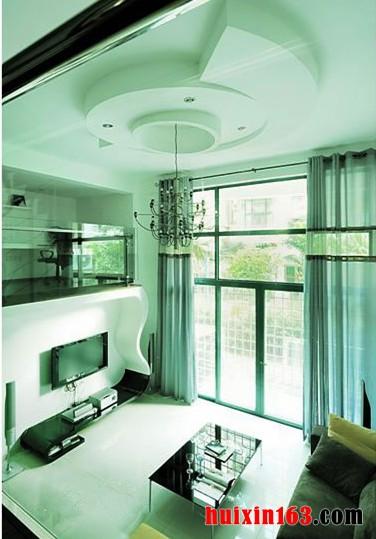 黑色的简约风格的电视柜和墙面连接成一个整体