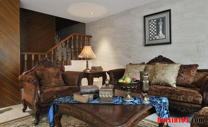 美式古典风格室内装修装饰的沙发也比较有个性,因为常以深色提花织